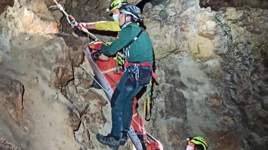 Rescatan en una cueva de Tous a un hombre que llevaba dos días en paradero desconocido