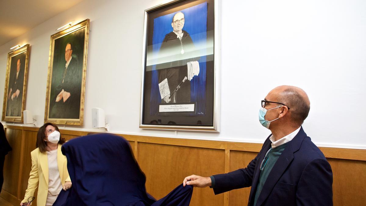 Palomar descubre su retrato en la Sala de Juntas el Rectorado, ante la presencia de la nueva rectora