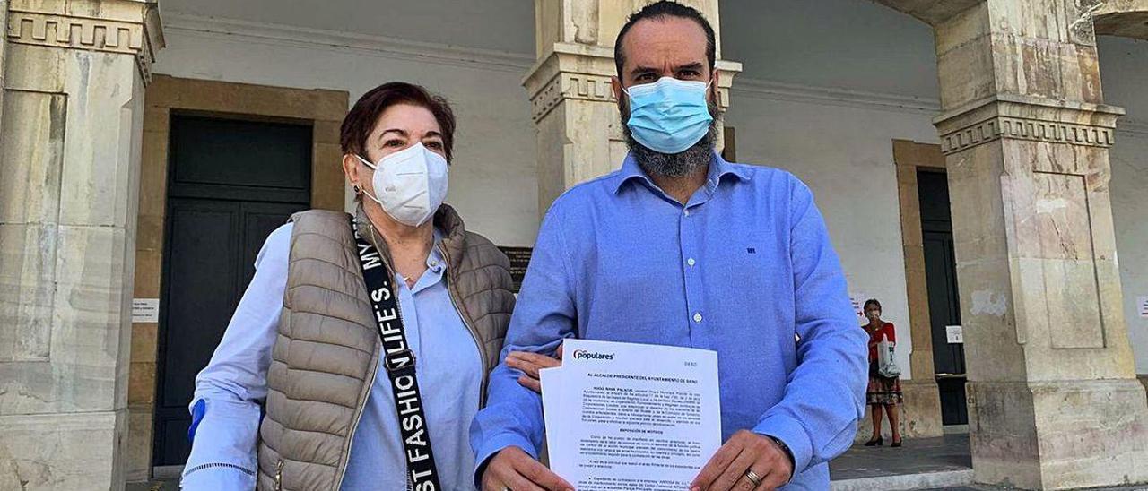 Jesusa Oliva, junto a Hugo Nava, esta semana, delante del Ayuntamiento de Siero.