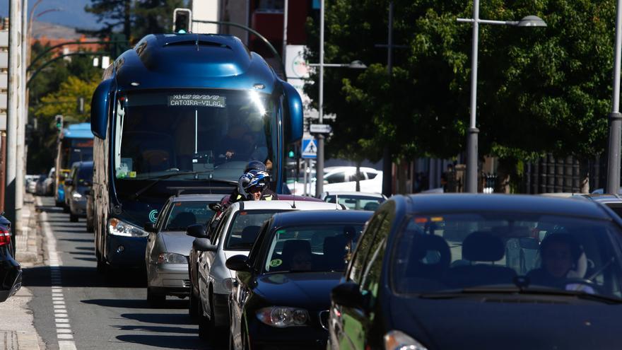 Los empresarios de Vilagarcía rechazan la idea de suprimir los camiones en Rosalía de Castro