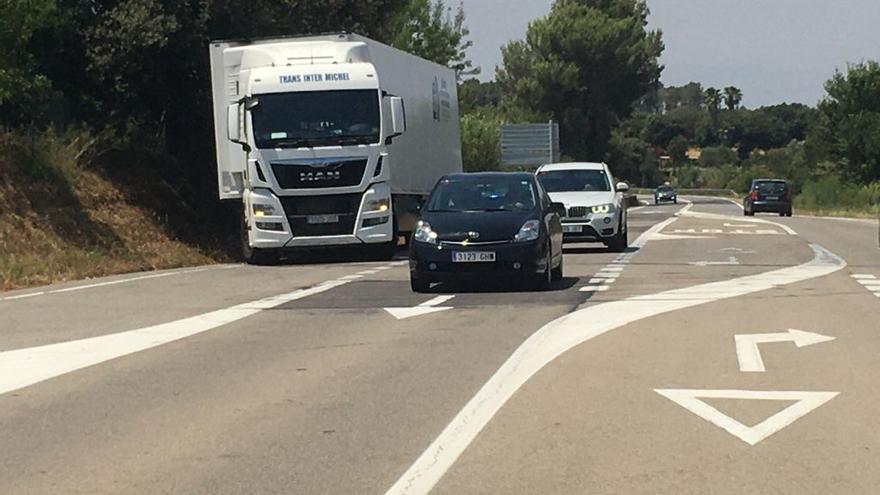 Preocupació a Llampaies per les maniobres de camions davant l'accés al nucli residencial