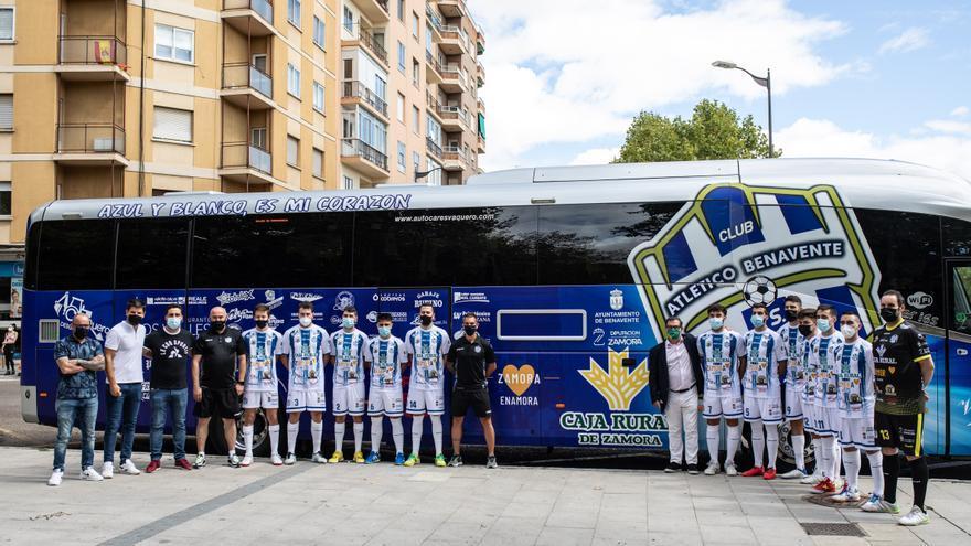 GALERÍA | Presentación del Atlético Benavente y su autobús en La Marina (Zamora)