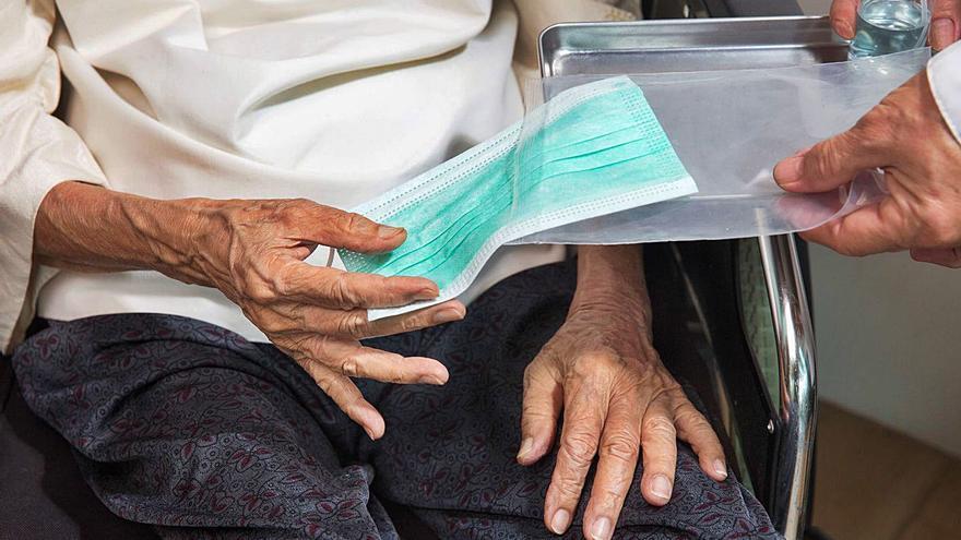 Mujer que vive en soledad: el perfil de los mayores con ayuda a domicilio