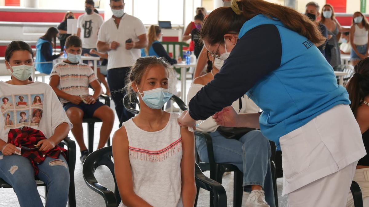 Nira, de 13 años, una de las primeras jóvenes en vacunarse hoy en Pedro Hidalgo.