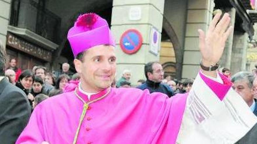 Un capellà de casa format per ser bisbe que ha topat amb el fet nacional i l'homosexualitat
