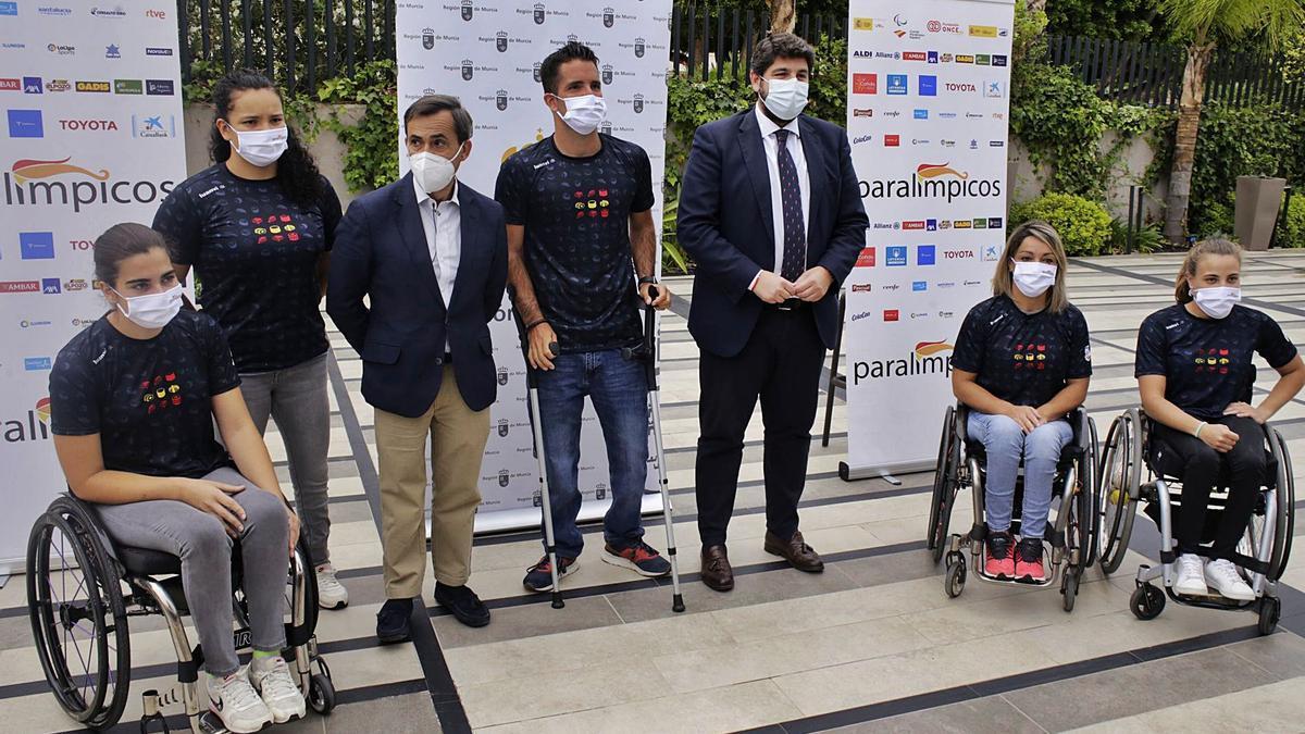 Varios de los deportistas de la Región en los Juegos Paralímpicos, ayer con Fernando López Miras. | JUAN CARLOS CAVAL