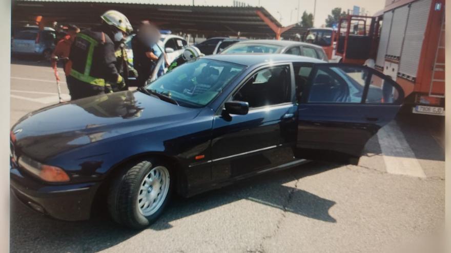 Atrapado en su coche tras una colisión en el aparcamiento del Carrefour Zahira