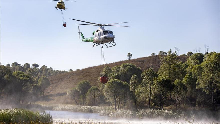 Más de 500 efectivos y 24 aeronaves trabajan en el incendio de Almonaster la Real
