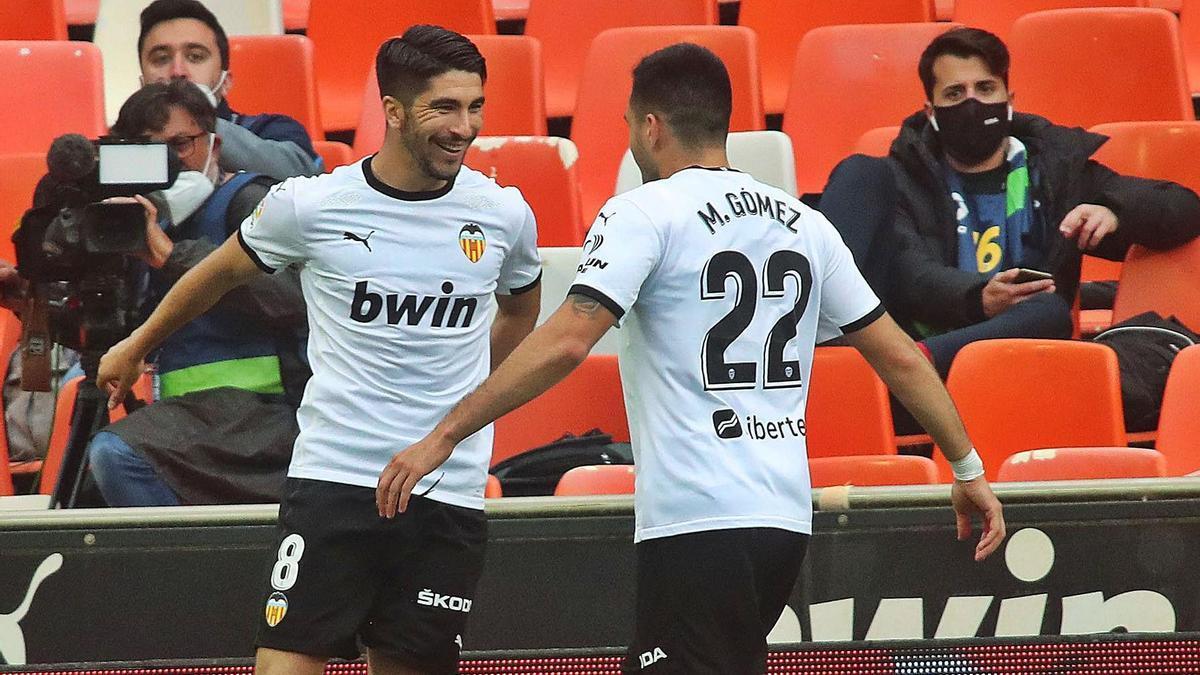 Carlos Soler, asistente, y Maxi Gómez, goleador, celebran el 2-0.  f.calabuig
