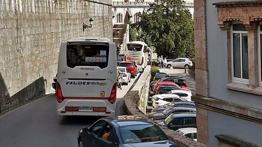 Breve corte en Covadonga, al atascarse un autobús en una curva