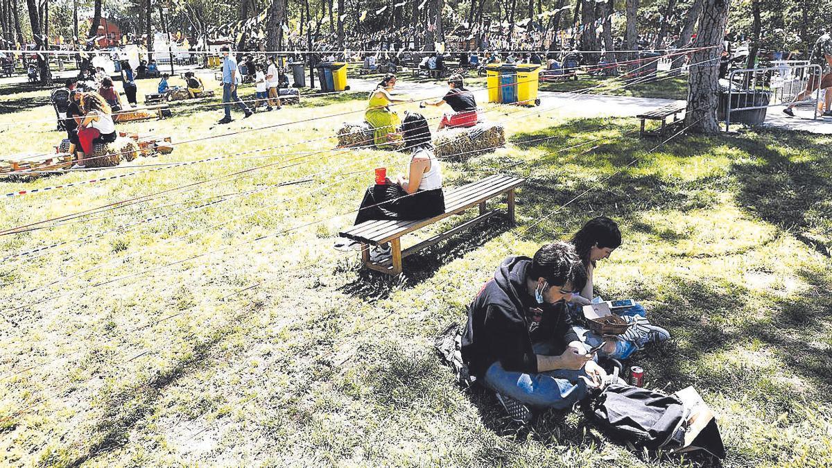 Varias personas en el parque José Antonio Labordeta, el pasado fin de semana, con motivo del ZGZ Florece.