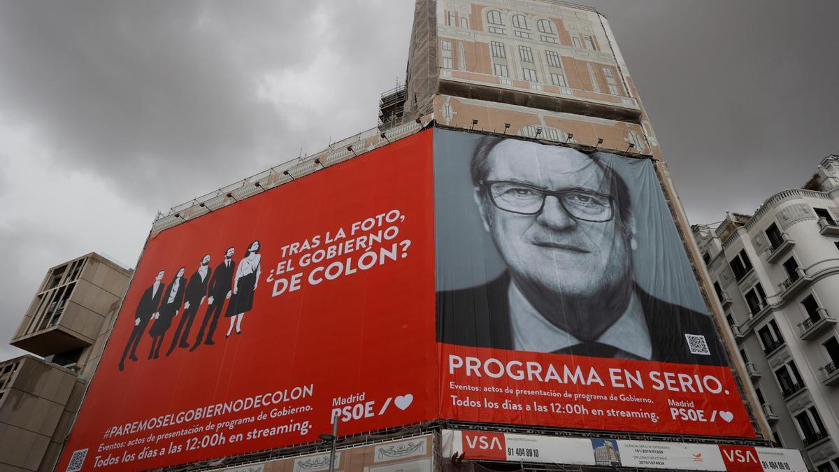 Imagen de la lona que ha colgado el PSOE en la plaza de Callao.