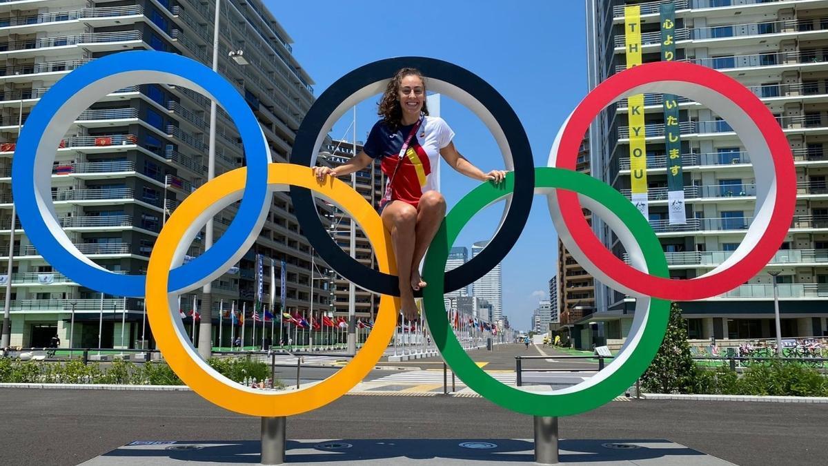 Marta López, en los aros de la Villa Olímpica de Tokio 2020.
