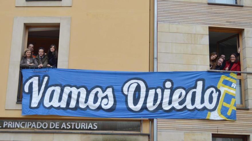 El Ayuntamiento ya luce con la pancarta de apoyo al Oviedo para el derbi