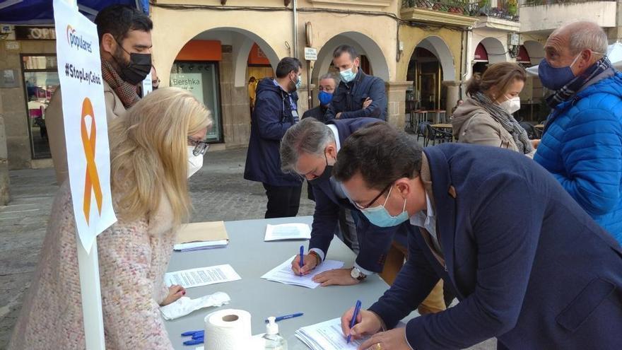El PP recoge firmas en Plasencia contra la 'ley Celaá'