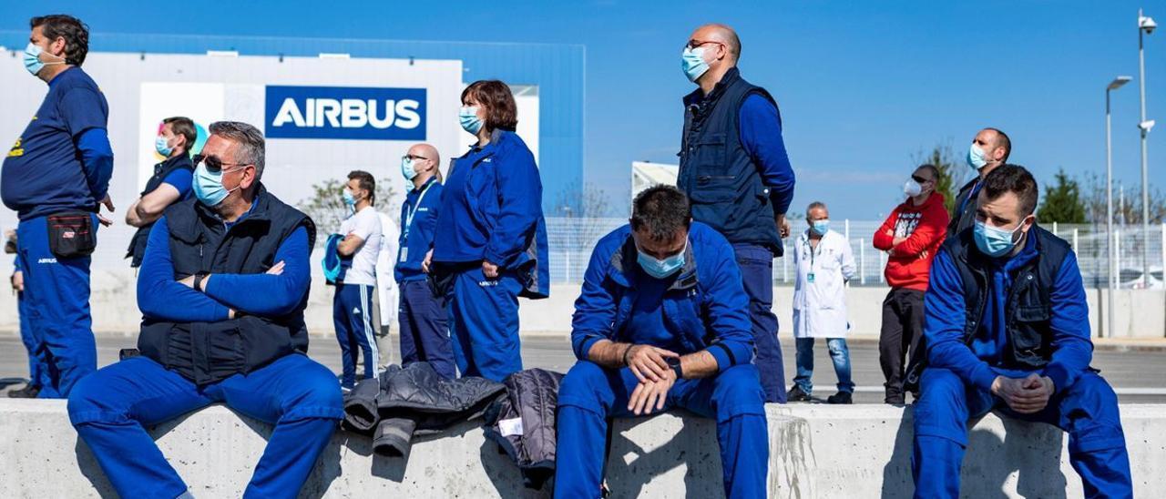 Trabajadores de Airbus, en la factoría de Puerto Real (Cadiz); durante una asamblea.