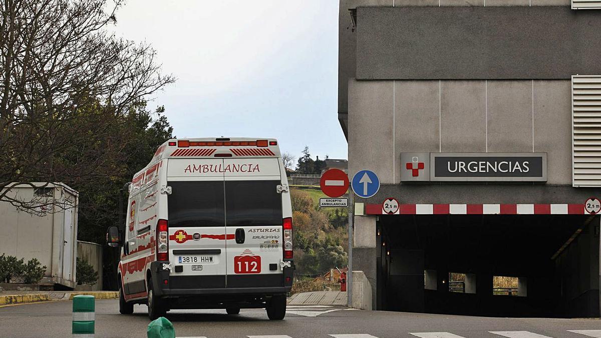 Una ambulancia entra en el Hospital de Cabueñes, en una imagen de archivo.