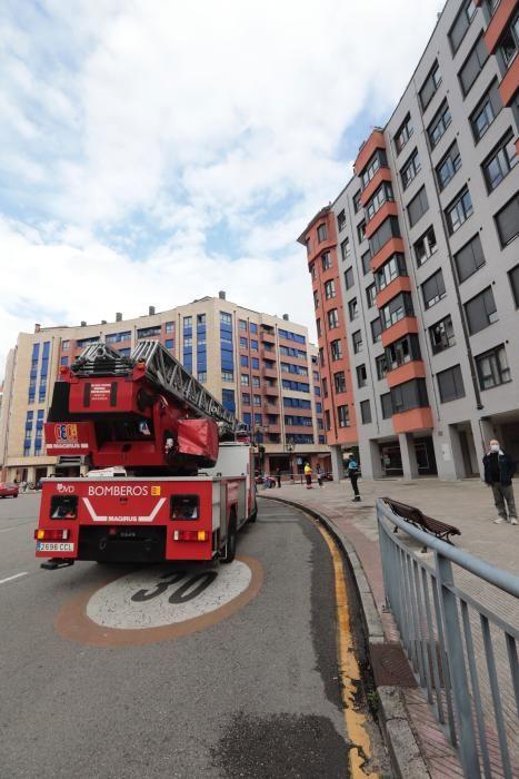 Suceso en Oviedo: Los Bomberos salvan a un hombre en un incendio en La Florida