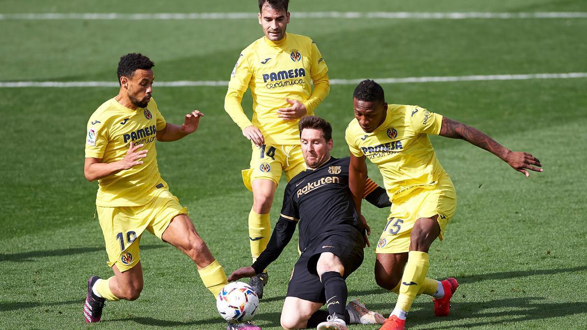 Los jugadores del Villarreal Coquelin, Trigueros y Estupiñán intentan frenar a Leo Messi en La Cerámica.