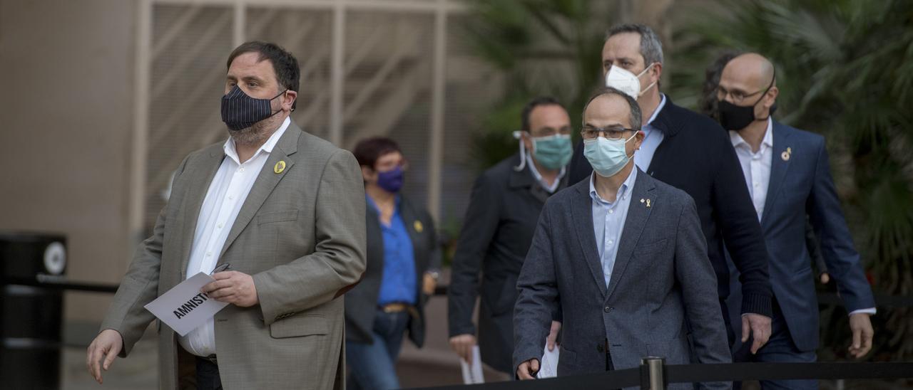 Oriol Junqueras junto a los exconsellers, en una salida de la cárcel.