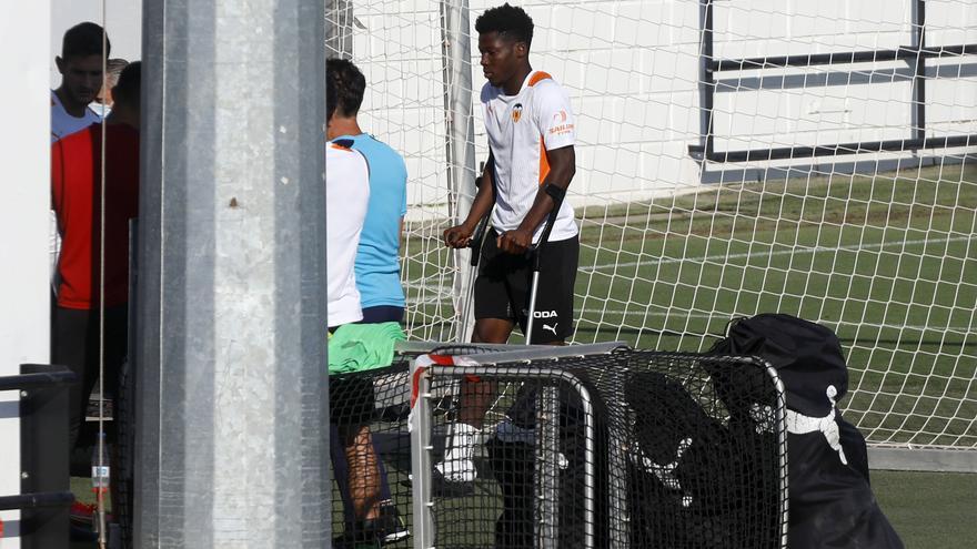 Yunus, con muletas: la preocupante imagen del futbolista captada por SUPER