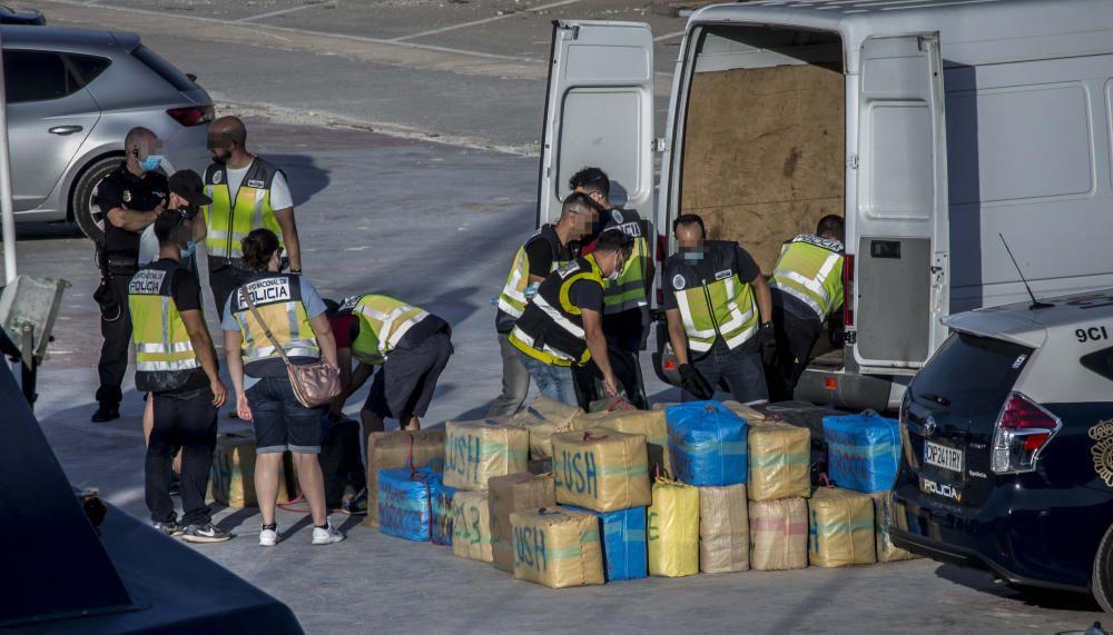 La droga ha sido descargada esta tarde y hay varios detenidos en una operación de la Guardia Civil, Policía Nacional y Vigilancia Aduanera.