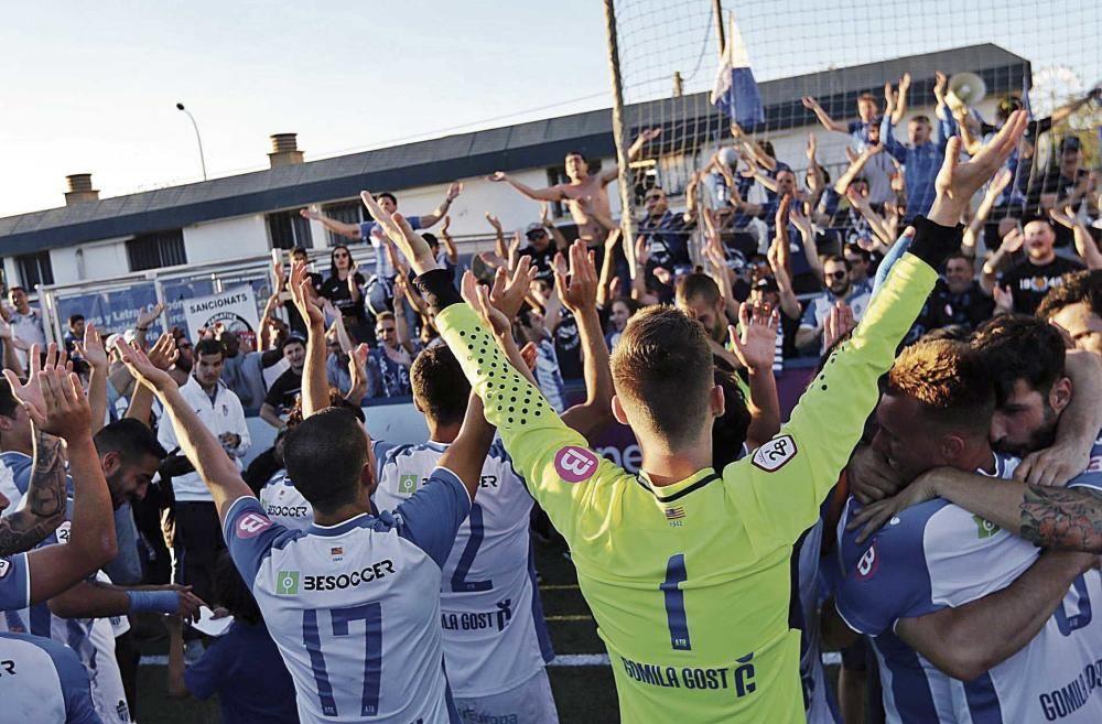 Los jugadores del Atlético Baleares desatan la locura en los festejos  en Son Malferit