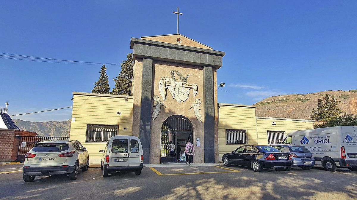 Monolito de recuerdo a los fusilados en Orihuela. Acceso al cementerio parroquial de Orihuela, propiedad del obispado Orihuela - Alicante, donde se encuentra la fosa común. | TONY SEVILLA | INFORMACIÓN