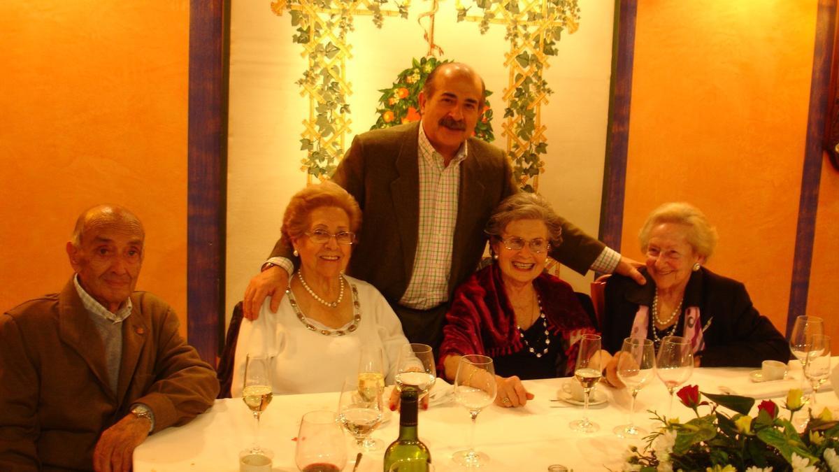 María Luis Claros, primera por la izquierda, junto a su hijo Arturo.