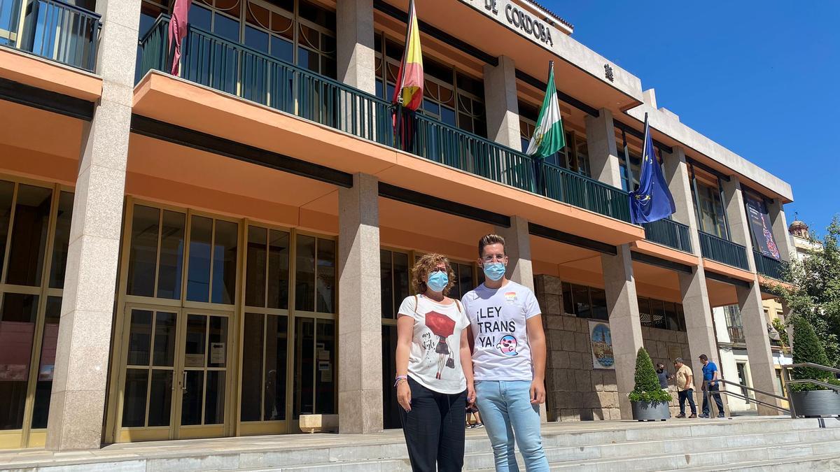 Alba Doblas y José Carlos Ruiz, de IU, a las puertas del Ayuntamiento.