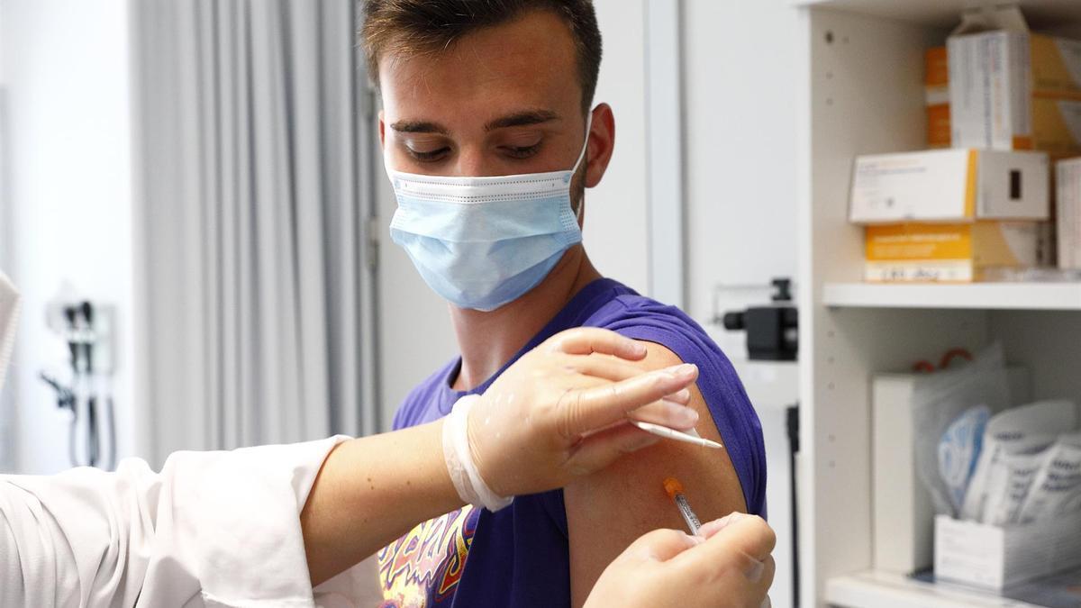 Un joven tras ser vacunado contra la covid-19.