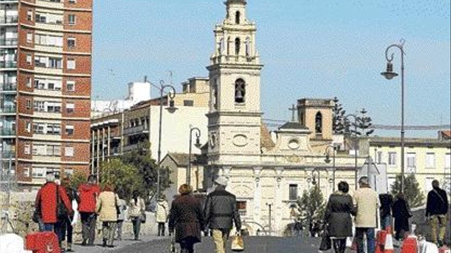 Los peatones se adueñan del puente de Serranos