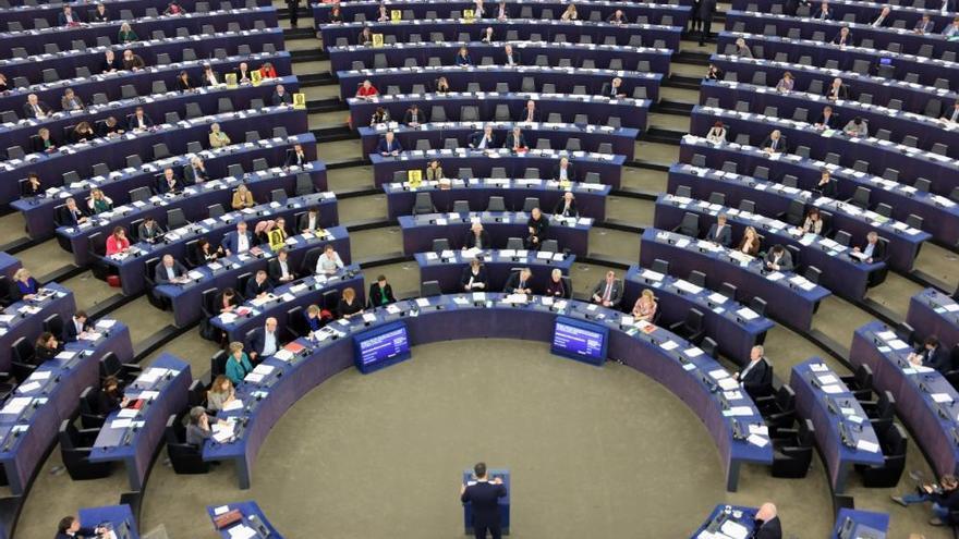 Eurodiputats mostrant pancartes per reclamar la llibertat de presos davant Sánchez