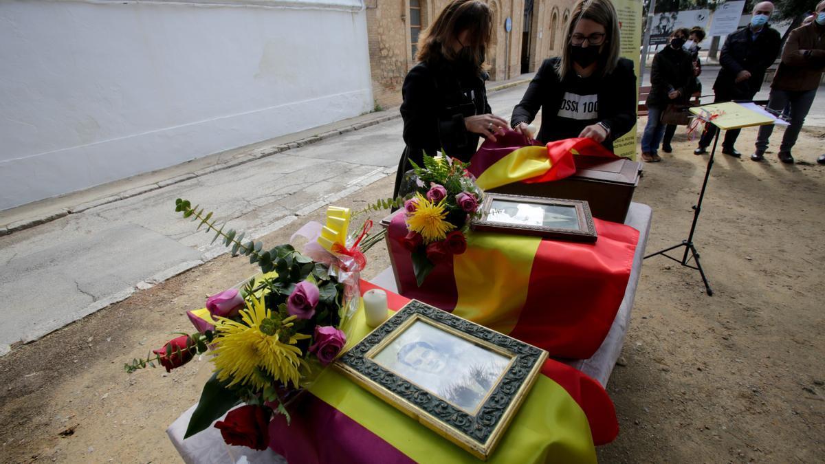 Varias personas recogen los restos de sus familiares en la fosa 100 del cementerio de Paterna