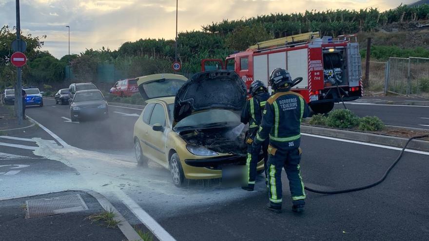 Extinguen un incendio en un vehículo en Los Realejos
