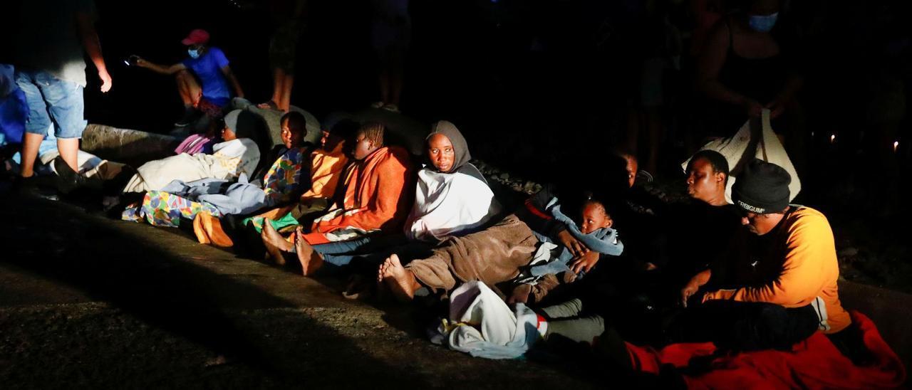 Migrantes son desembarcados en Gran Canaria, en una imagen de archivo.