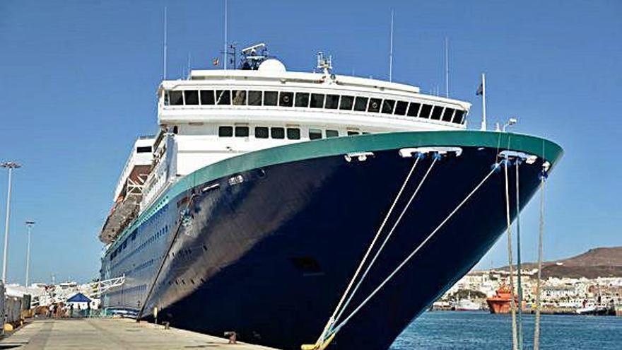 Pullmantur jubila el 'Zenith' y suspende sus escalas en Canarias este invierno