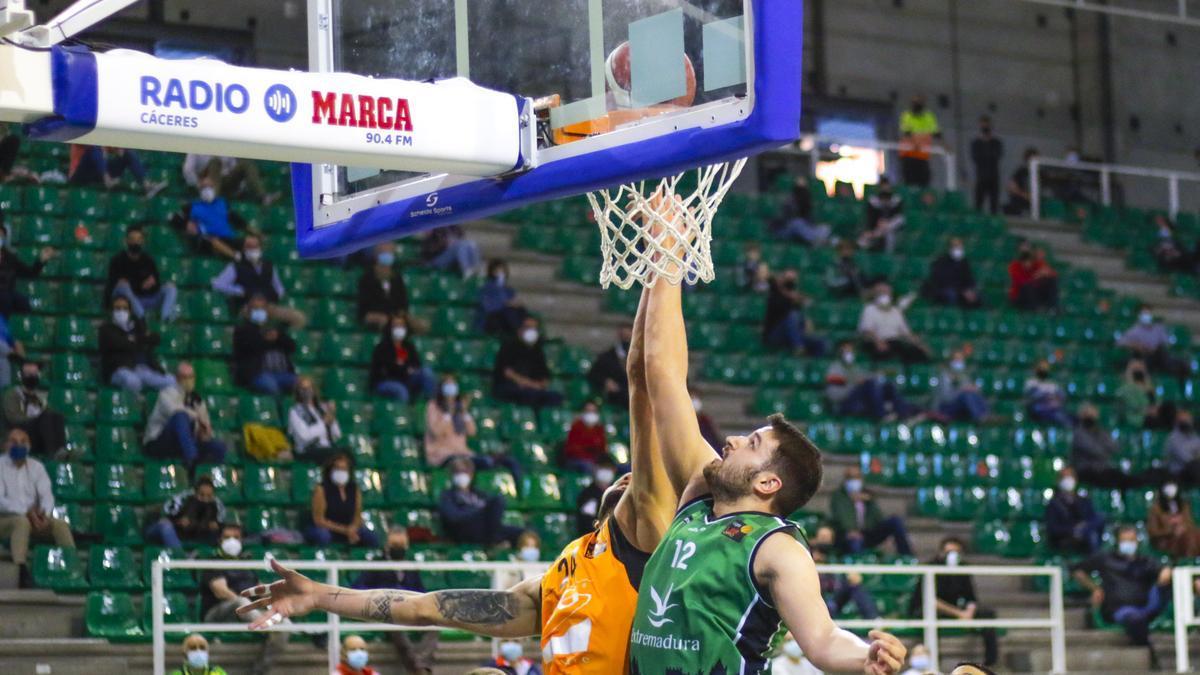 Paco del Águila palmea ante el Lleida.