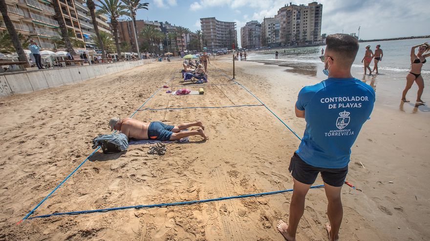 Torrevieja esquiva el recurso en el Tribunal y contrata a 150 controladores de playa por la vía de emergencia