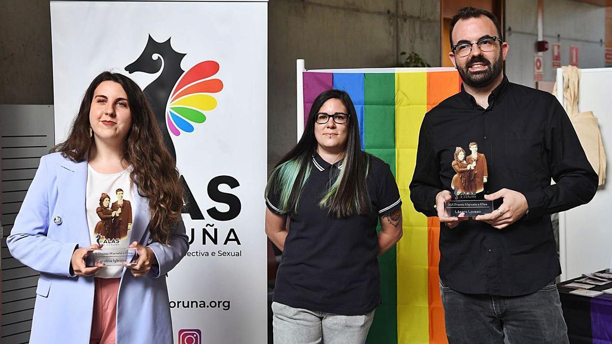 Carolina Iglesias y Lázaro Louzao, con sus premios, ayer, junto a una representante de ALAS.   | // CARLOS PARDELLAS