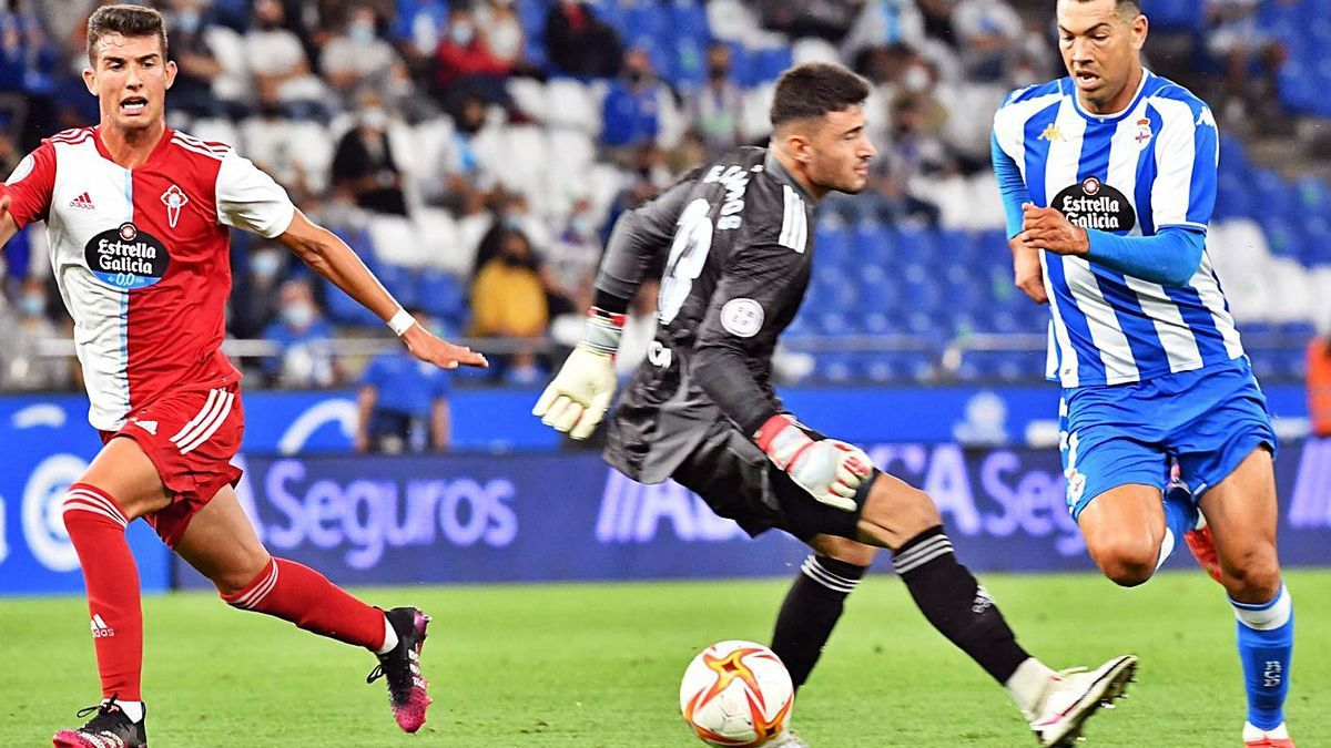 Miku supera al portero del Celta B en el primer gol deportivista.    // VÍCTOR ECHAVE
