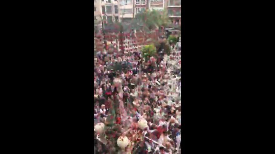 Miles de pétalos veneran a la Morenica