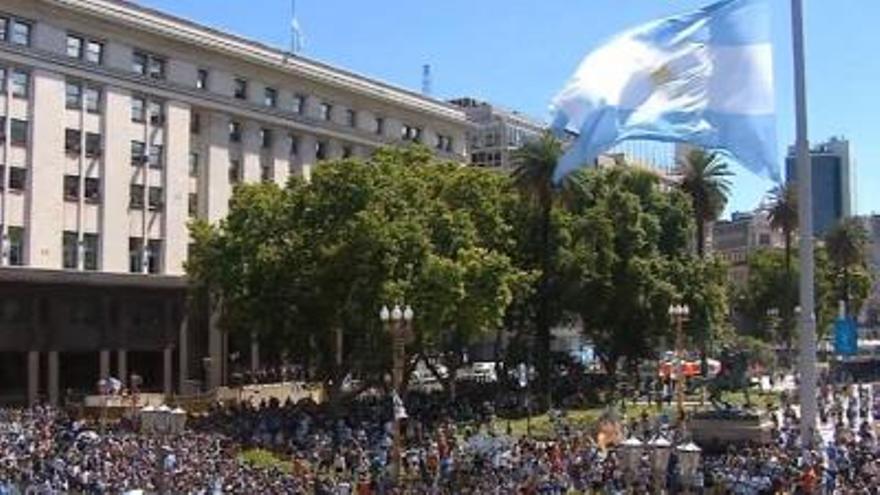 Tensión y disturbios en el velatorio de Diego Armando Maradona: cientos de aficionados impiden la salida del féretro