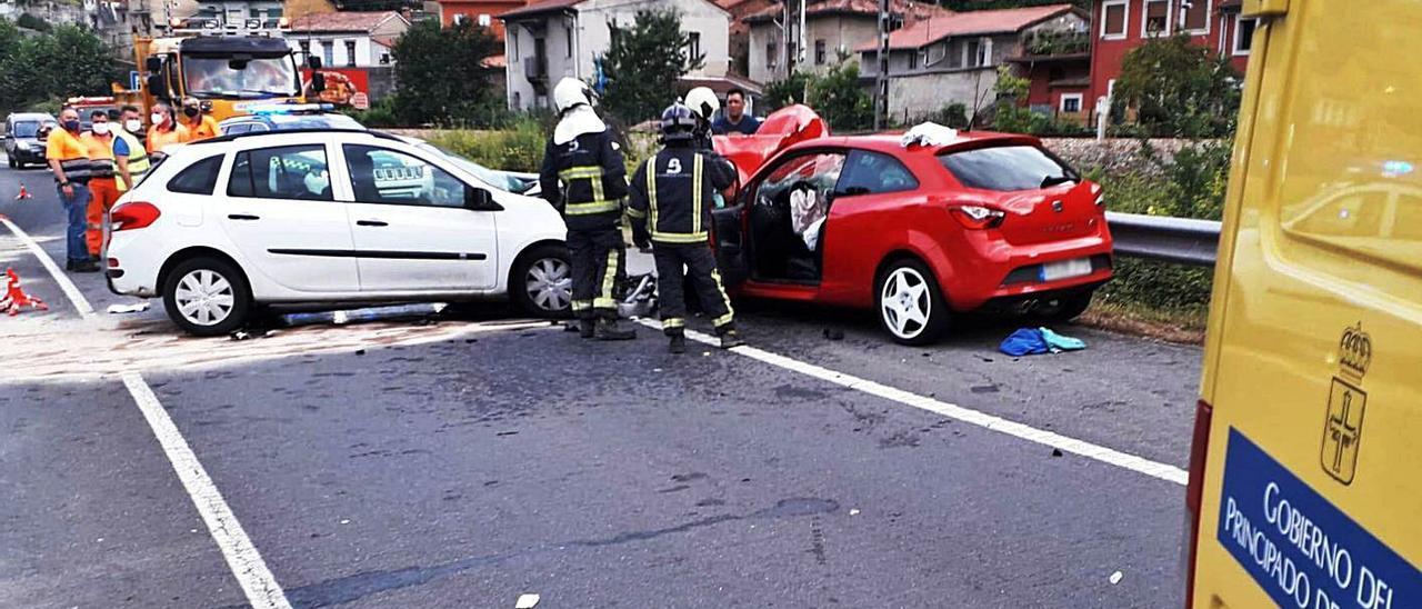 Los Bomberos, en el lugar donde se produjo el accidente. | SEPA