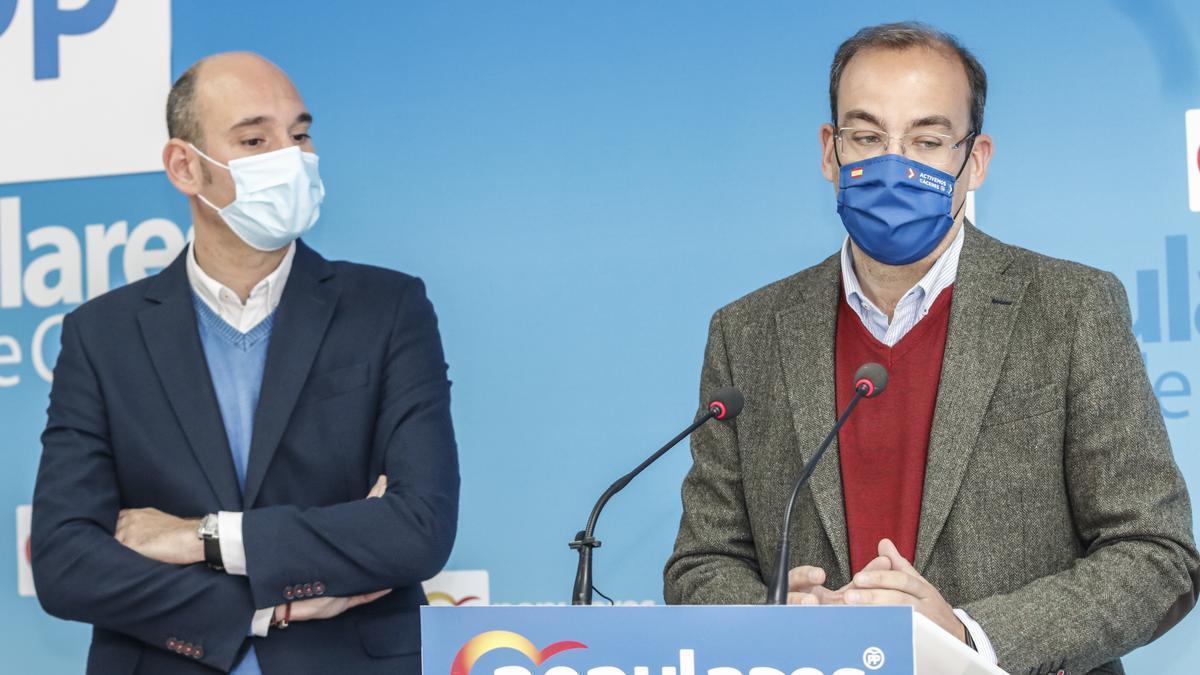 Los concejales del PP José Ángel Sánchez Juliá y Rafael Mateos.