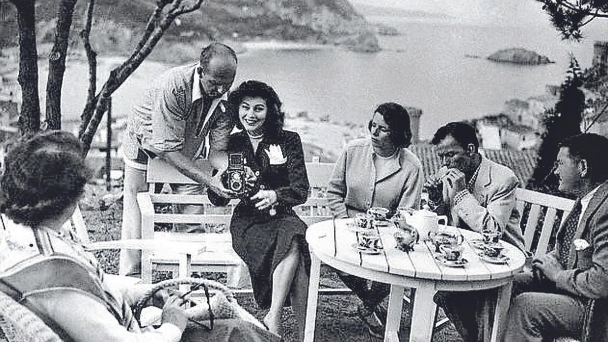 el rodatge de Pandora y el holandés errante a Tossa de Mar. 1 Ava Gardner (mirant a càmera) i Frank Sinatra (fumant) prenen un cafè amb altres persones a Tossa, quan l'actor i cantant es va desplaçar a la localitat per veure-hi l'actriu, durant el rodatge de la pel·lícula. 2 James Mason i Ava Gardner passejant per la platja de Tossa de Mar el mes d'abril del 1950. F    MANEL FÀBREGAS