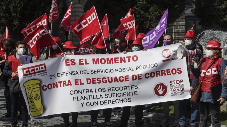 """Los sindicatos denuncian el """"desguace"""" de Correos"""