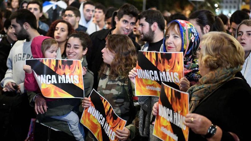 """Miles de personas claman """"Nunca Máis"""" contra los fuegos en Galicia"""