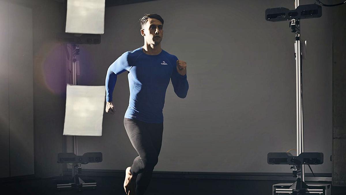 Un deportista prueba Move 4D, que analiza todos los movimientos de sus músculos. | LEVANTE-EMV