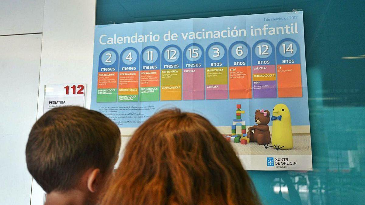 Una madre consulta el calendario de vacunación con su hijo.